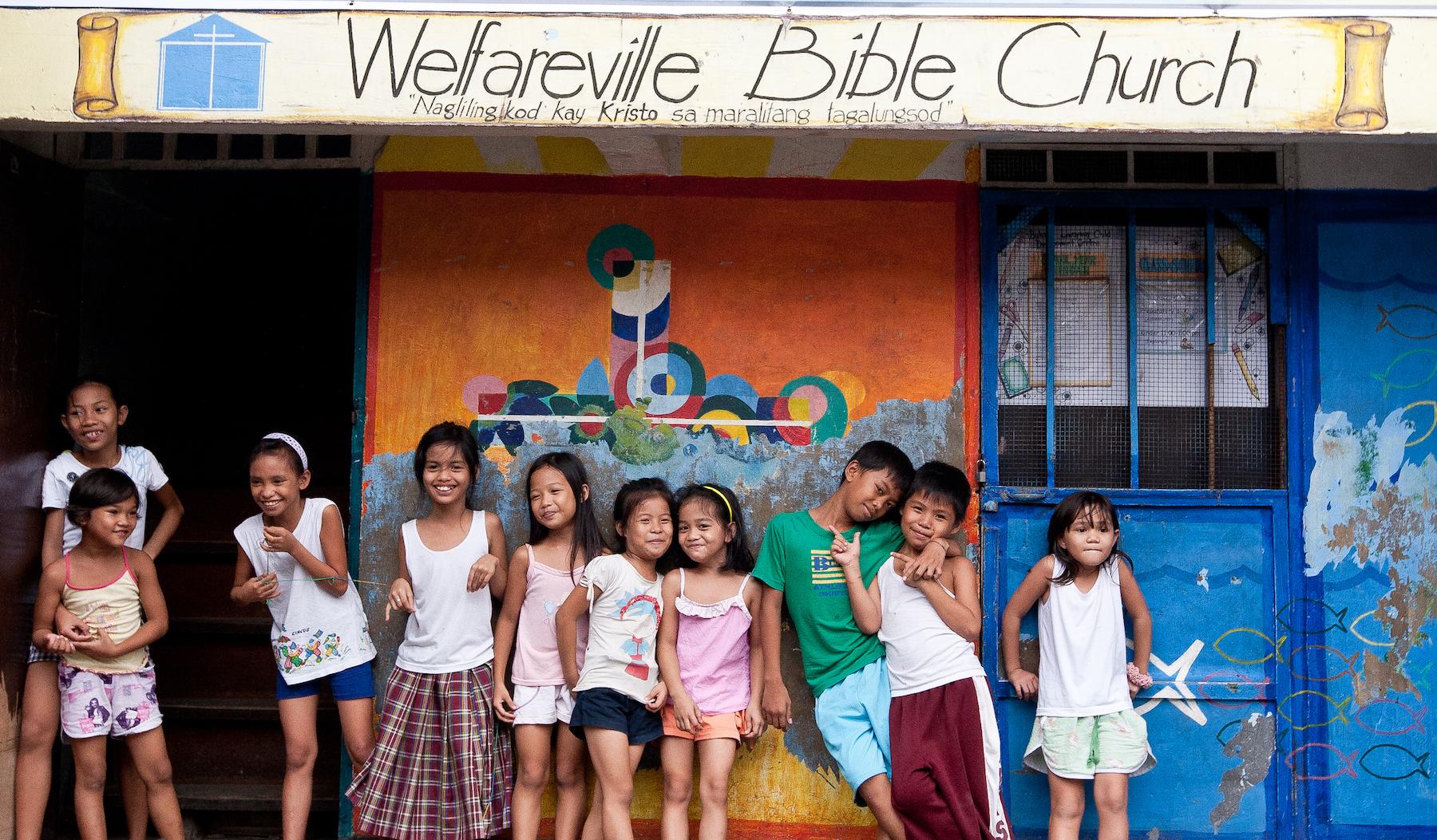 Kinder vor dem Zentrum von Bukang Liwayway in Manila