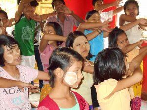 賛美するM国の子供たち