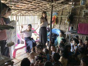 竹のお家一杯に集まった子供たちの集会でリード!