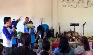 ラオスイップ教会、収穫感謝礼拝後、作物や鶏をオークション。収入は教会活動費へ