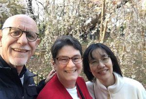 シンガポールでお世話になったブラッドリー師夫妻(仙台で宣教活動中)と一緒に花見を楽しむ