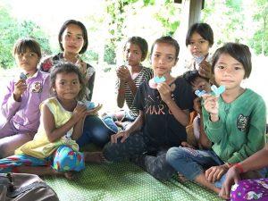 スキさん宅での子供集会。この時はみんなでハートを折りました。神様の愛が分かりますように