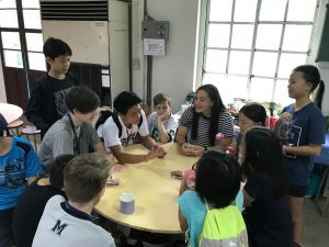 トランプで遊ぶ宣教師の子供たち