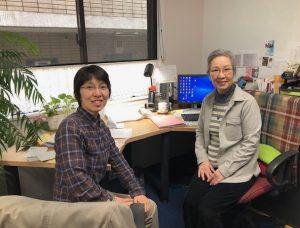 OMF事務局で佐々木姉(右)との引継ぎ