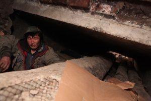寒さを避けてマンホールの下、地下に住むホームレスの人々