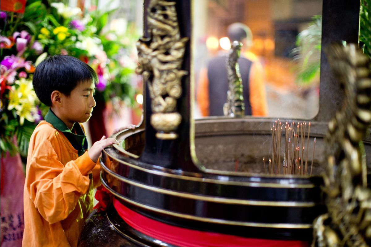 child burning incense at buddhist temple understanding the buddhist worldview